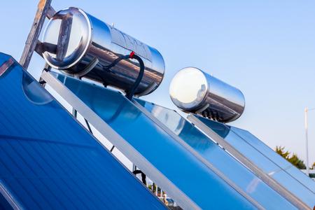 Los paneles de agua para el uso de energía solar renovable se colocan en el techo de la casa, sistema de agua caliente solar. Tecnología moderna de ahorro de energía