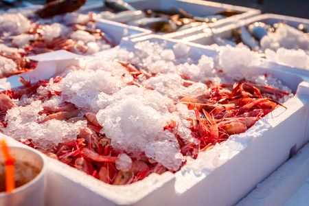 Pile of fresh red shrimps for sale on the seafood market, seafood on ice. Stok Fotoğraf - 118086638