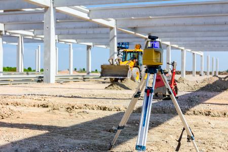 Dispositivo de centro total sobre trípode con láser para nivelar otros dispositivos para nivelar el sitio de construcción.