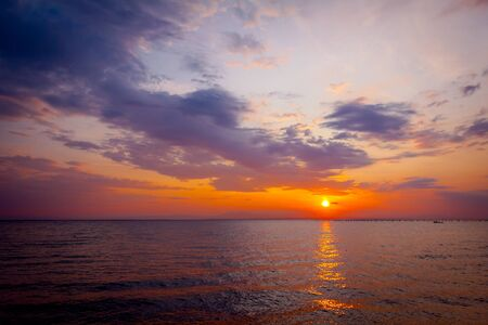 Scenic view of beautiful morning horizon over the sea, water. Imagens - 127273998