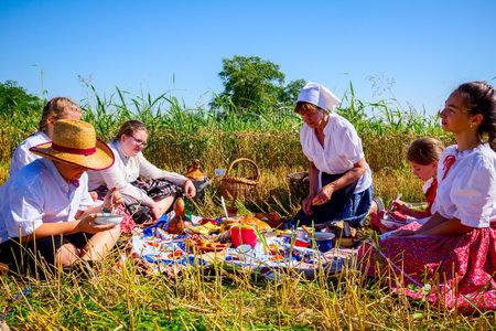 Muzlja, Vojvodina, Serbia, - July 06, 2019; Children have a breakfast on picnic at XXXVI traditional wheat harvest. 新聞圖片