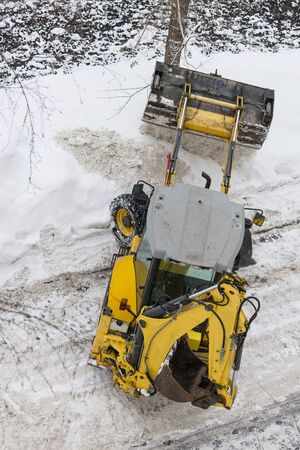 Snow drift. Snow tractor clears the road of snow. The view from the top. Foto de archivo