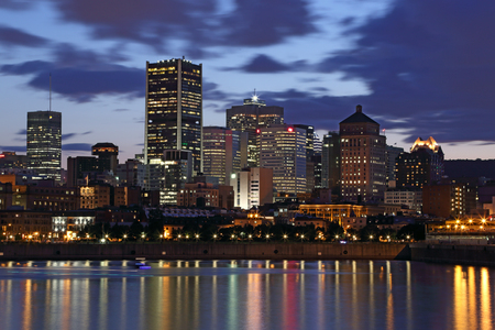 夜のモントリオール。夜の街の明かりが水に反映されます。 写真素材