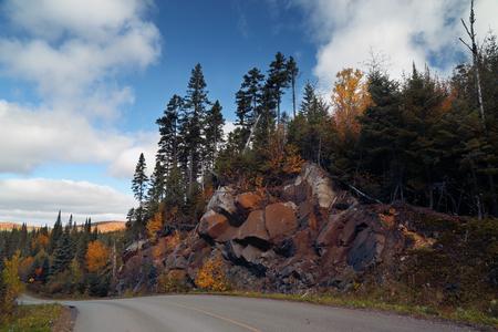 秋の天気。カラフルな森に秋の風景。カラフルな秋の風景です。山や森の道。山の風景。国立のモン ・ トランブランのパルク。ケベック州。カナダ