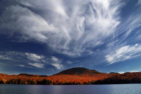 カラフルな秋の風景です。青い空。美しい雲。川でのカラフルな秋の朝。秋の森は、水に反映されます。カラフルな森と美しい風景。カナダの秋。