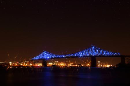 ジャック ・ カルティエ橋イルミネーション モントリオール、水の反射。モントリオールの 375th 周年記念。明るいカラフルなインタラクティブなジ