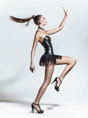 ファッション: 白い背景と、スタジオでポーズ ファッション モデル 写真素材