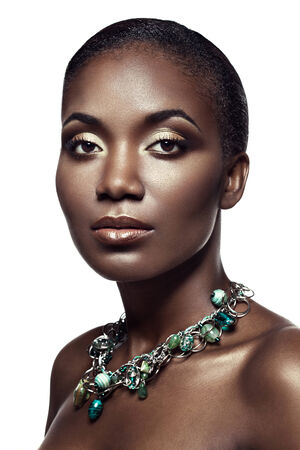 ojos marrones: Retrato de la belleza de la hermosa muchacha �tnica africana, aislado en fondo blanco