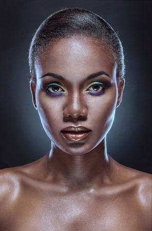 boca cerrada: Retrato de la belleza de la hermosa muchacha étnica africana. Siempre más en mi cartera