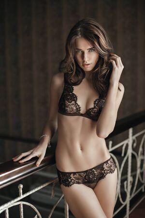 modelo desnuda: Modelo morena hermosa en ropa interior de encaje caro. Pelo Tocar con la mano Foto de archivo
