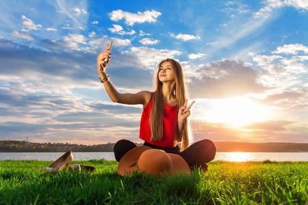 beautiful girl make selfie park Stockfoto