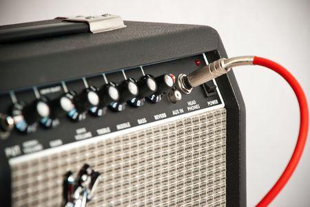 enchufe: Amplificador de Guitarra negra con cordón rojo  Foto de archivo