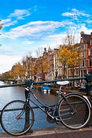 fiets in amsterdam met canal en sky