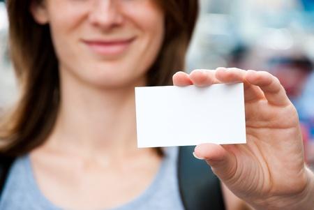 vrouw met lege witte kaart Stockfoto
