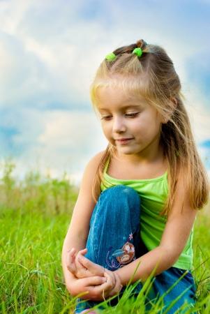 petite fille triste: Portrait de petite fille, belle dans un pr� Banque d'images