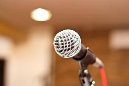 microfoon in de studio op een waas achtergrond Stockfoto
