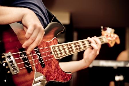 muzikant het spelen van een basgitaar
