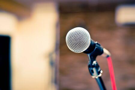 microfoon in de studio op een wazige achtergrond