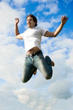 牧草地でジャンプ男
