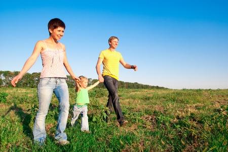 ni�os caminando: familia feliz en un prado