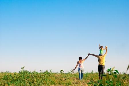 牧草地で幸せな家族