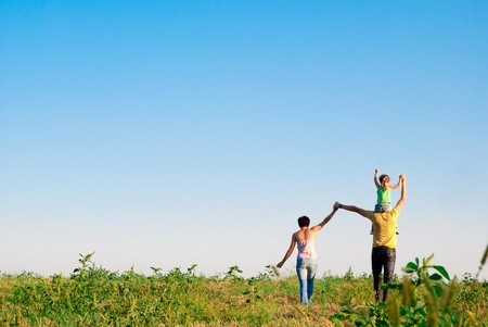 the clear sky: familia feliz en un prado