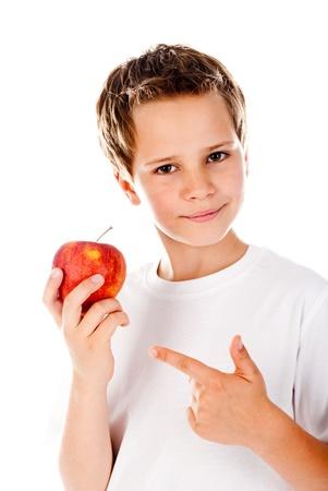 白い背景の上のリンゴと小さな男の子