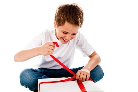 白い背景で隔離の贈り物を持つ少年