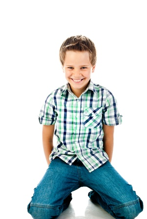 zitten jongen geïsoleerd op een witte achtergrond Stockfoto