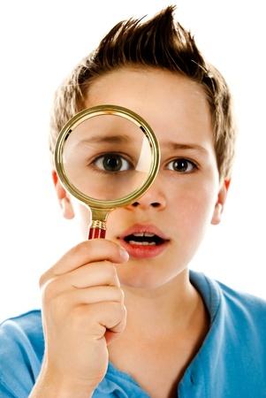 白い背景の上の拡大鏡を持つ少年