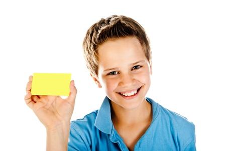 白い背景で隔離のイエロー カードを持つ少年