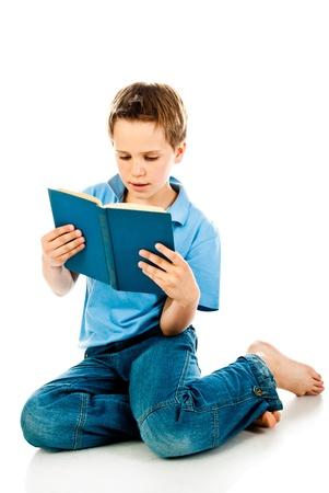 白い背景で隔離の本を読んで少年