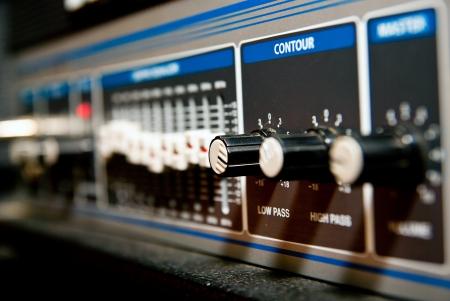 estudio de grabacion: amplificador equipo con perillas y deslizadores