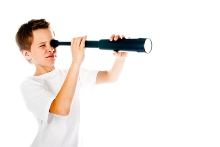 白い背景で隔離の望遠鏡で小さな男の子