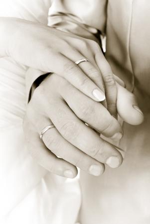 handen van bruid en bruidegom
