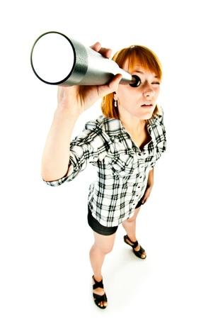 fernrohr: Frau mit Teleskop auf einem weißen Hintergrund