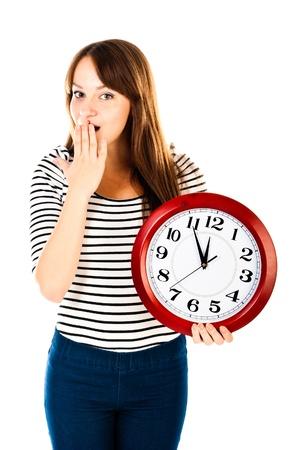jonge vrouw met klok geïsoleerd op een witte achtergrond Stockfoto