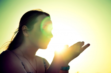 태양을 들고 여자 실루엣