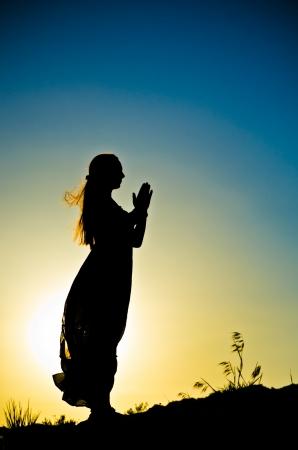 日没の前に女性のシルエット