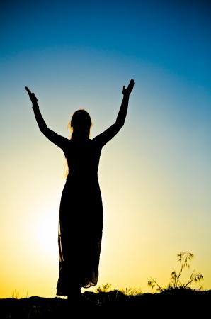 Frau Silhouette vor einem Sonnenuntergang Standard-Bild - 21334337