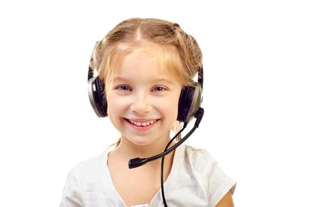 niños platicando: niña con auriculares aislados en un fondo blanco Foto de archivo