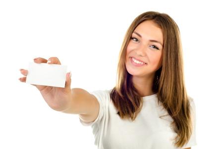 白い背景に分離された空のカードを保持している若い女の子