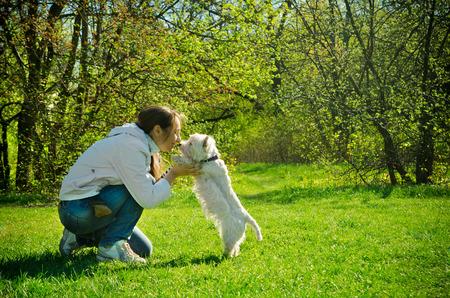 公園で犬を持つ女性