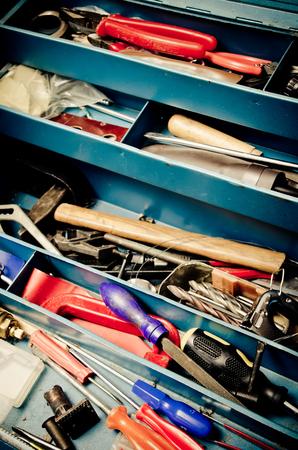 herramientas de construccion: una gran cantidad de instrumentos antiguos en la caja de herramientas Foto de archivo