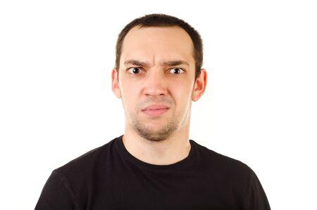 gestos de la cara: hombre joven aislado en un fondo blanco