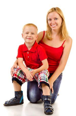 mamá hijo: la madre y el ni?o aislado en un fondo blanco Foto de archivo