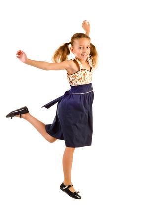 jolie petite fille: sauter petite fille isolé sur un fond blanc