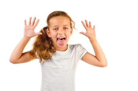 alzando la mano: ni?a aislado en un fondo blanco