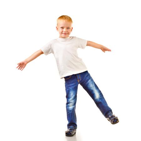niño parado: niño aislado en un fondo blanco Foto de archivo