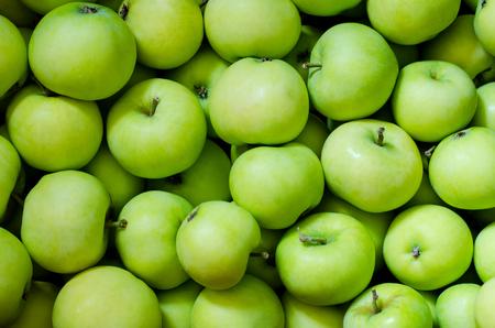 배경으로 많은 녹색 사과